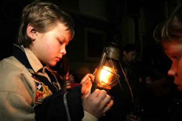 Svetlo až z Betlehema ho prinášajú skauti.