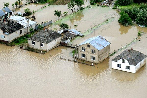 Takmer polovica prírodných katastrof bola vlani spôsobená povodňami, tvrdí Červený kríž.