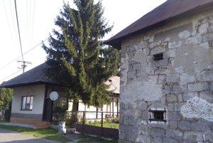 Niektoré stavby, napríklad vidiecky dom z 19. storočia či ešte staršie sýpky, sú kultúrnymi pamiatkami.