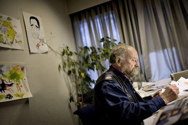 Dánsky karikaturista Kurt Westergaard sedí v kancelárii dánskeho denníka Jyllands-Posten v Aarhuse.