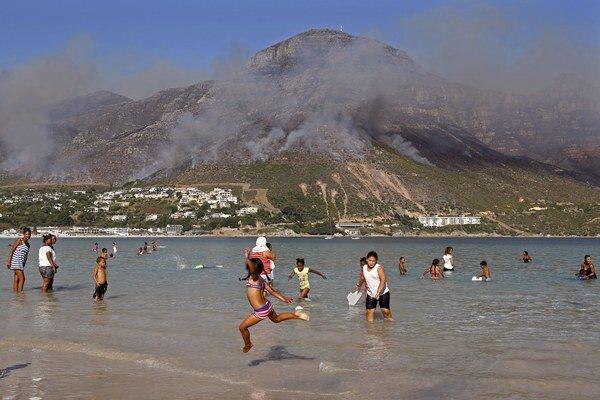 Požiare sužujú okolie Kapského mesta už tretí deň.