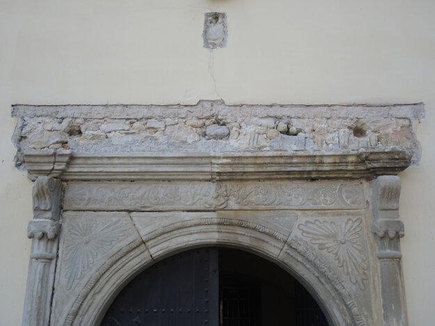 Polovicu západného portálu od cementu už vyčistili.