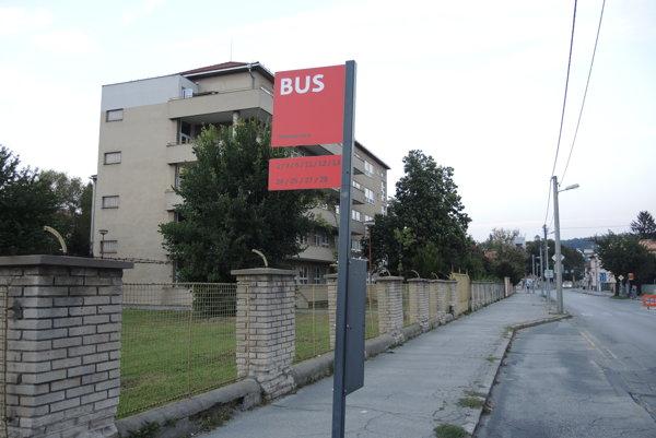 Zástavka pri fakultnej nemocnici je podľa seniorov priveľmi vzdialená od jej vstupu.