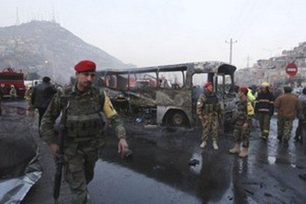 Útok Talibanu na autobus s vojakmi afganskej armády na predmestí Kábulu.