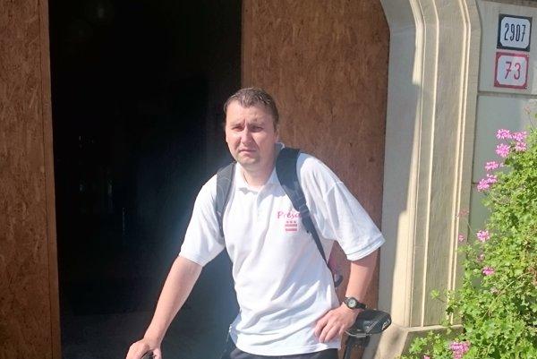Kuriér Daniel Novák. Doručuje aj na bicykli.