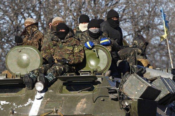Ukrajinskí vojaci na ceste k mestu Debaľcevo.