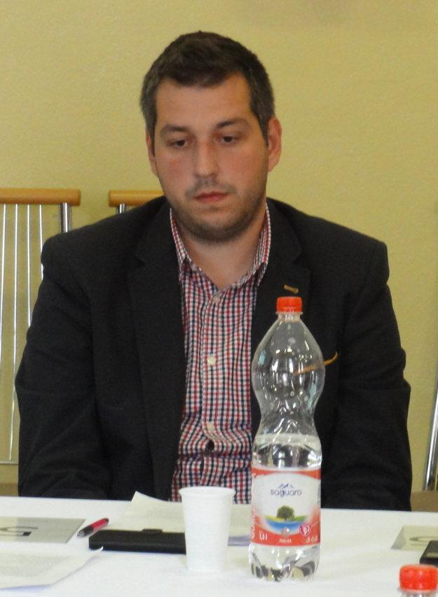 Mlčanlivý. Pavel Dvonč patrí k najmenej aktívnym poslancom, verejnosť jeho názory nepozná, pretože na rokovaniach sa v zásade k ničomu nevyjadruje.