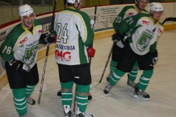 Spokojný strelec tretieho gólu Martin Paulík (č. 26) so spoluhráčmi.