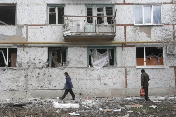 Poškodené obytné budovy vo Svitlodarsku v Doneckej oblasti.