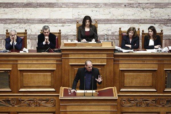 Grécky minister financií presviedča poslancov, že krajina eurozónu neopustí.