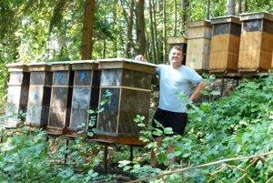 Včelár Peter Špirko sa skamarátom stará o21 včelích rodín.