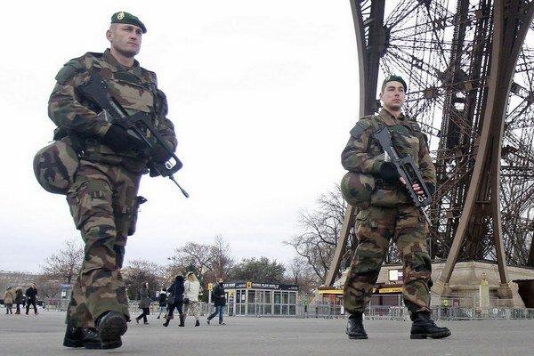 Paríž pripomína akčné filmy aj bez filmárov.