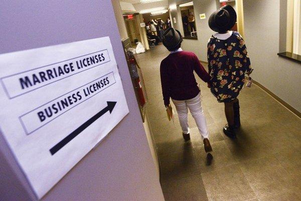 Homosexuálny pár si ide podať žiadosť o sobáš v americkej Alabame.