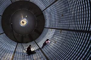 Zvárači vo vnútri veľkej nádrže pre kvapalný vodík rakety Space Launch System.
