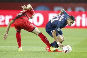 Ángel di María (vpravo) z PSG sa pokúša s loptou preniknúť cez Arnolda Bouku Moutoua.