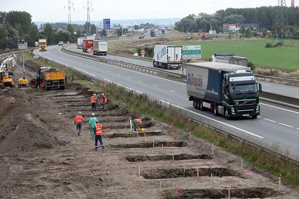 Pri výstavbe diaľnic a rýchlostných ciest sa robí aj archeologický prieskum.