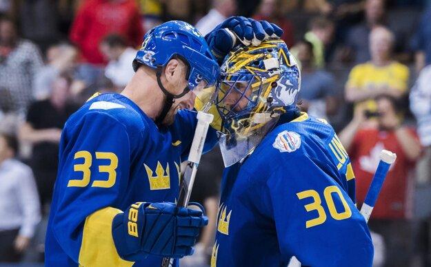 S Henrikom Lundqvistom sa po skončení zápasu teší Henrik Sedin.