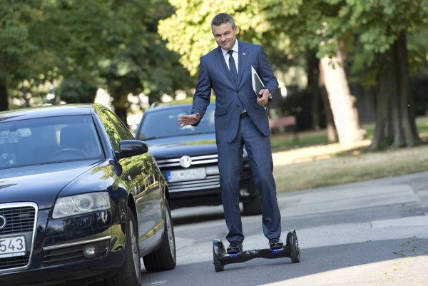 Podpredseda vlády Pellegrini využil Týždeň mobility na otestovanie hoverboardu.