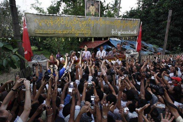 Aun Schan Su Ťij reční spoza železnej brány.
