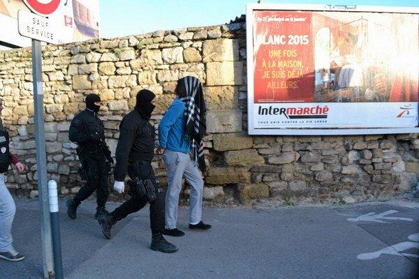 Francúzska polícia zatýka podozrivého muža počas protiteroristickej operácie.