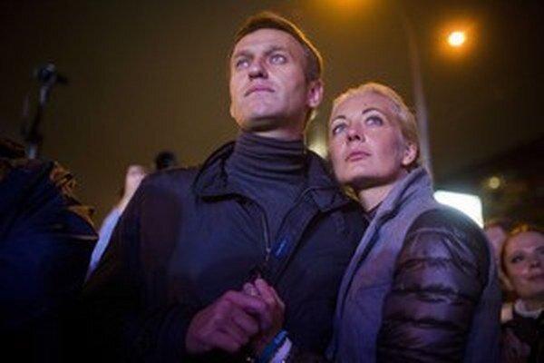 Alexej Navaľnyj so svojou ženou Júliou po svojom poslednom mítingu pred nedeľňajšími voľbami.