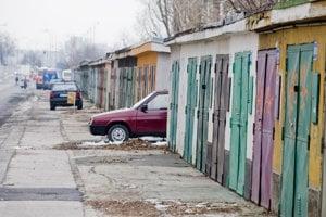 Kúpiť si garáž je dnes drahý špás. Na ulici je potom plno.