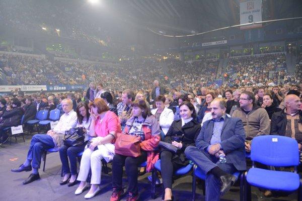 Tisícky fanúšikov. Košická Steel Aréna včera zažila nával ľudí, ktorí chceli vidieť Mira Žbirku a Mariku Gombitovú.