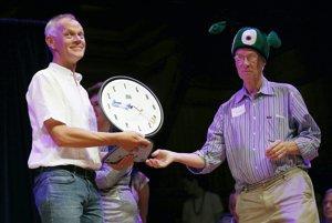 Andreas Sprenger preberá Ig Nobelovu cenu za medicínu.