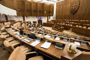 Prázdna sála Národnej rady po tom, ako Fico vyzval koaličných partnerov, aby sa na odvolávaní nezúčastnili.