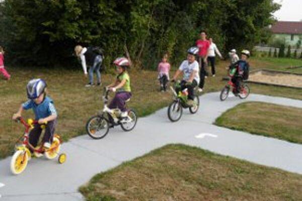 Deti sa na ihrisku učia základné dopravné predpisy.