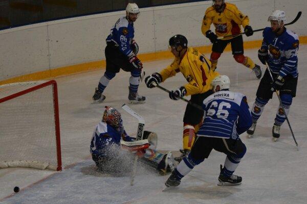 Domáci Šimun strieľa vedúci gól Topoľčian. Žiaľ, HC už viac gólov v zápase nepridal.
