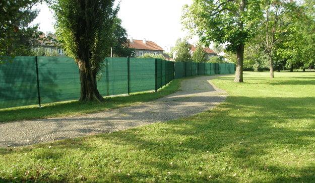 Za plotom je trávnik, ktorý bol do augusta prístupný verejnosti. Majiteľom pozemku je cirkev.