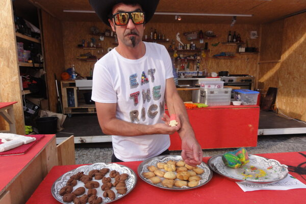 Marek Schovánek a jeho dobroty - zľava hovienka, sušienky pre deti a psychedelická bábovka.
