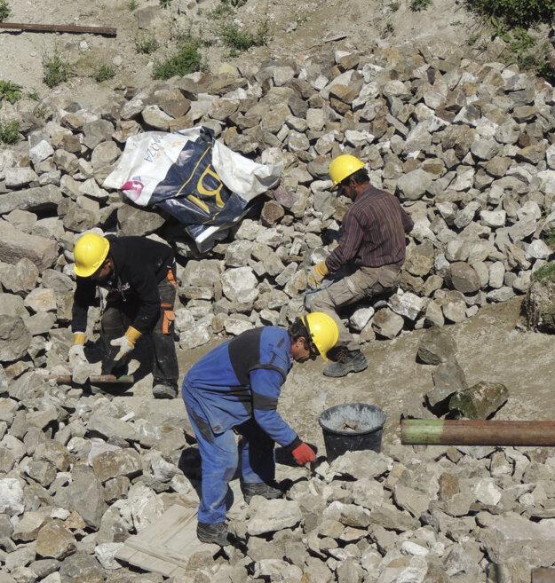 Na snímke sú kamene, ktoré vyniesli účastníci terénneho prekážkového behu Spartan Race vo vedrách z nádvoria hradu Revište neďaleko Žarnovice do jeho severnej veže