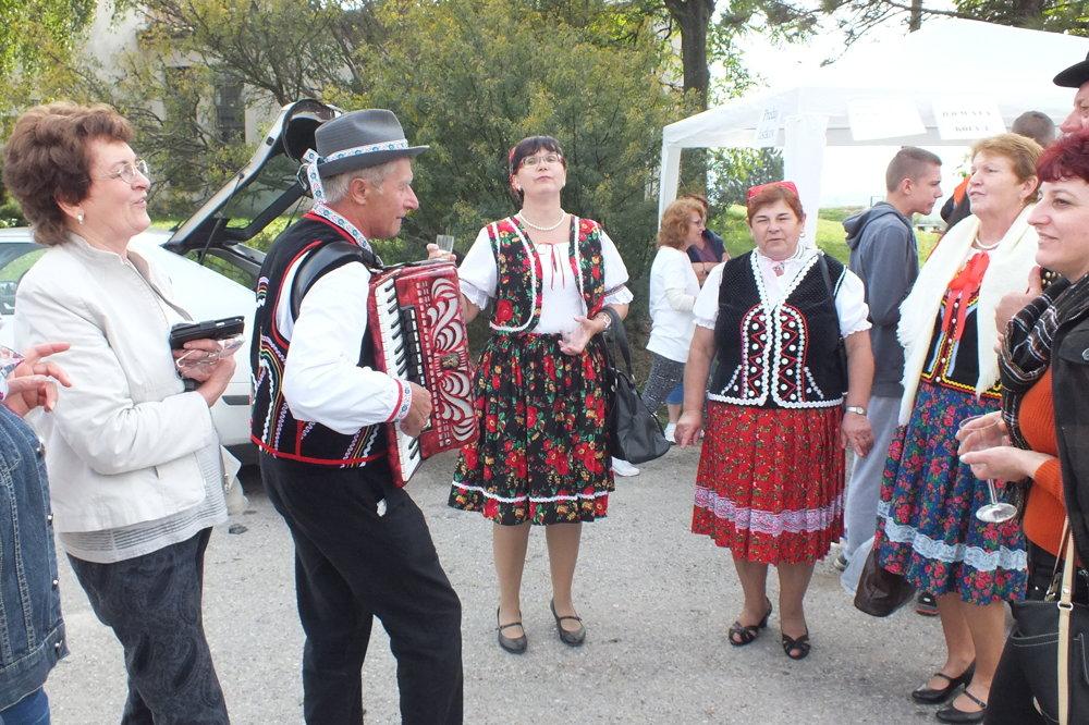 V srdci Vinohradníckej oblasti Tokaj v Malej Tŕni sa celý dej vinobrania odohrával na malom námesti, kde sú viaceré portály gazdovských pivníc. Domácim náladu vytváral plechotický FS Studzenka.