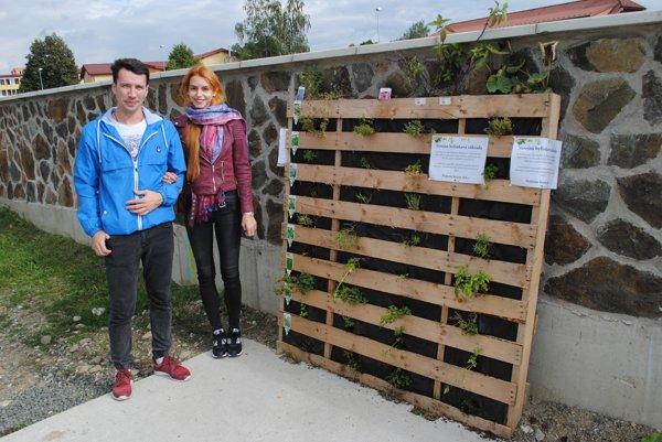 Matej, Barbora aich verejná bylinkáreň. Sympatický párik sa zfungovania záhradky teší.