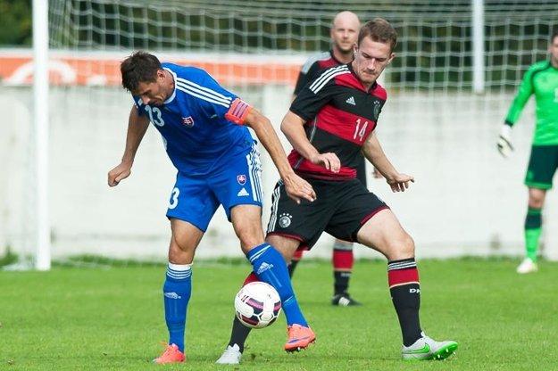 Zo zápasu s Nemeckom v akcii kapitán Dmitrij Korman (Galanta).