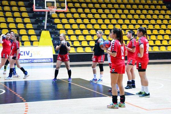 Hádzanárky Serede sú nováčikom prvej ligy žien. V prvých dvoch zápasoch boli súperky nad ich sily.