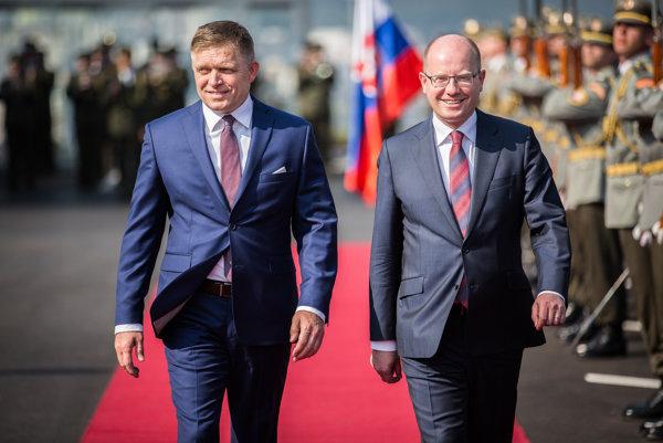 Predseda vlády SR Robert Fico (vľavo) a predseda vlády ČR Bohuslav Sobotka (vpravo).