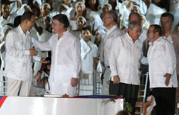 Zľava: Šéf OSN Pan Ki-mun, kolumbijský prezident Juan Manuel Santos, kubánsky prezident Raul Castro a vrchný veliteľ FARC Rodrigo Londono.