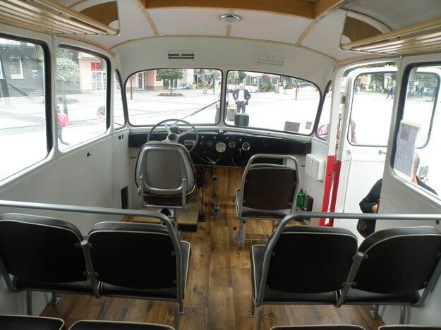 V takýchto autobusoch sa ľudia vozili pred šesťdesiatimi rokmi.