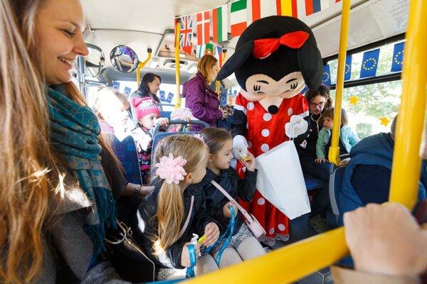 Mickey a Minnie robili spoločnosť v MHD