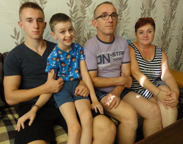 Martinko s bratom a rodičmi.