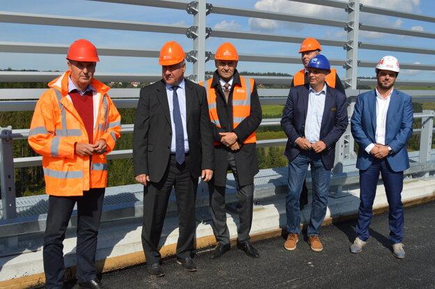 Minister dopravy, výstavby a regionálneho rozvoja Arpád Érsek (druhý zľava).