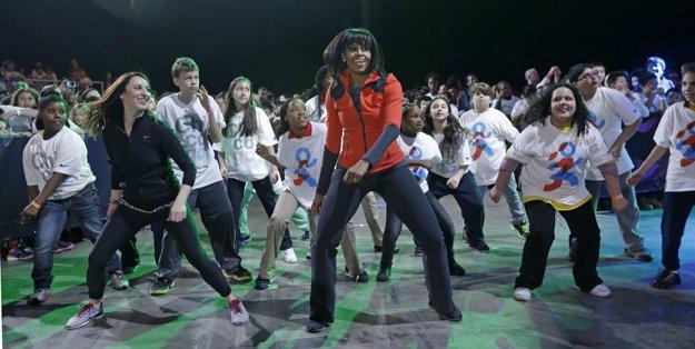 Michelle Obama tancuje so školákmi z jej rodného Chicaga