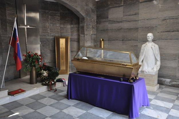 Andrej Hlinka má v mauzóleu rakvu, ale je prázdna. Už niekoľko desťročí sú jeho telesné pozostatky na neznámom mieste.