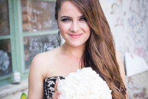 Svadobné šaty nemusia byť biele. Natália sa rozhodla pre vznešenú kombináciu zlatej a čiernej.