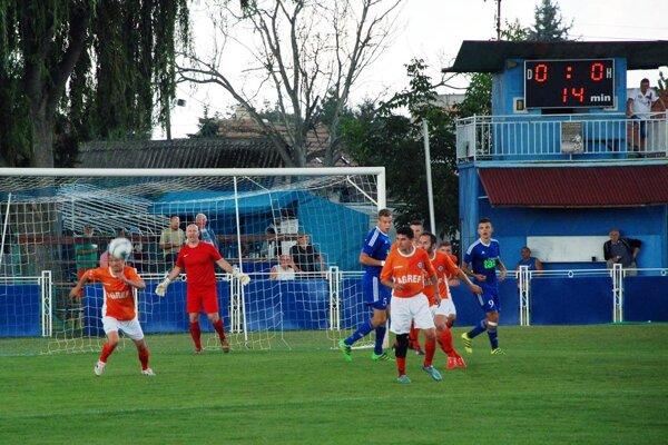 V sobotu 17. septembra bol zápas prerušený po prvom polčase pre podmočený terén. Zvyšok sa dohrával včera.