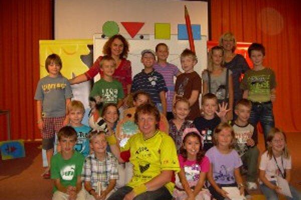Adolf Dudek (v spodnom rade v strede) sa s deťmi na Slovensku stretol po prvýkrát.