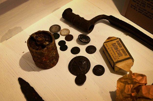 Pri čistení a vyvážaní odpadu z vnútra kaverny dobrovoľníci objavili aj zaujímavé pamiatky na minulosť.